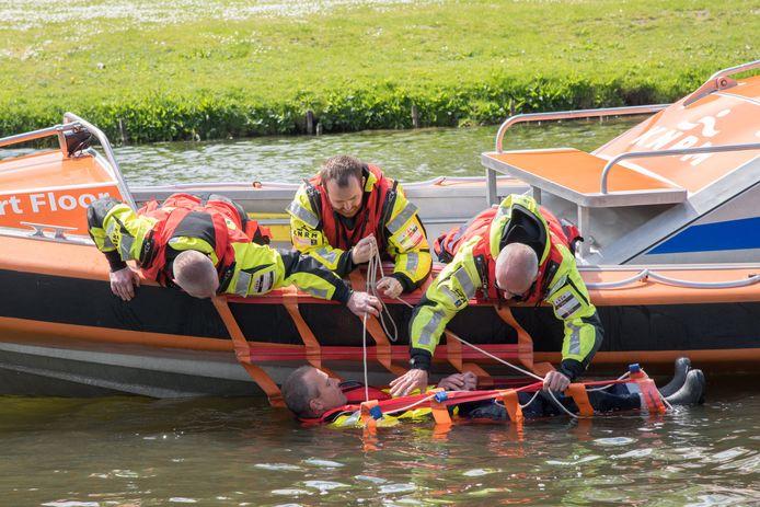 De Reddingsbrigade in Elburg hield gisteren een open dag. Donateurs kregen te zien hoe een reddingsactie in z'n werk gaat.