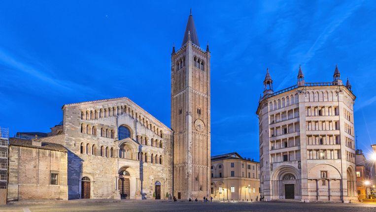 De kathedraal en de doopvont op het Piazza Duomo in Parma. Beeld null