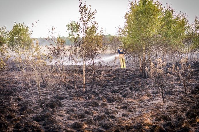 De brandweer bleef nog enige tijd nablussen na de aangestoken brand op de Strabrechtse Heide.