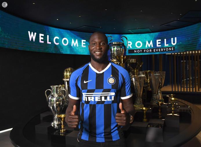 Lukaku pose avec son nouveau maillot de l'Inter.