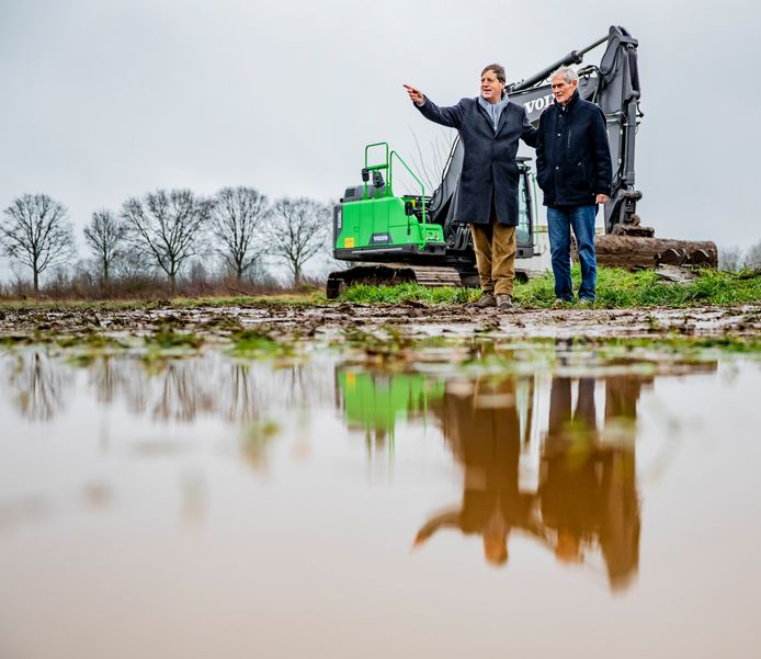 Willem van Stockum en Cees Verspuij van Zonnestroom Zutphen bij de locatie van zonnepark Revelhorst. De bouw van het park is deze week van start gegaan. Er komen 27.000 zonnepanelen op een terrein van 7 hectare aan de zuidrand van de stad. Zesduizend zijn er voor Zonnestroom Zutphen. De rest neemt een commercieel bedrijf voor zijn rekening.