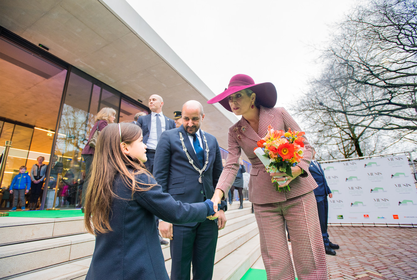 Feline van der Ploeg heeft haar tekening van een viool aan koningin Máxima gegeven en krijgt een hand, onder toeziend oog van burgemeester Marcouch van Arnhem.