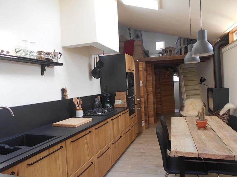 Er is ook een mooi afgewerkt keukentje, een zithoek met een haard en tv en een badkamer