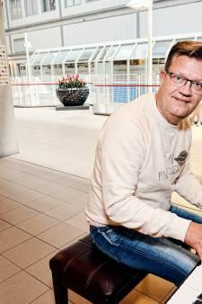 Als pianoman Erwin (45) achter de piano in het ziekenhuis kruipt pinkt iedereen een traantje weg