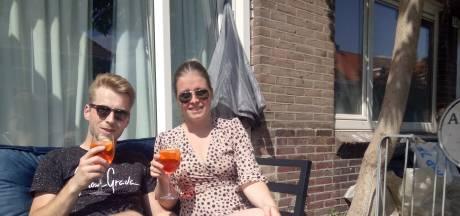 In de Pioenroosstraat in Eindhoven: Aan de aperol spritz op eigen voortuinterras