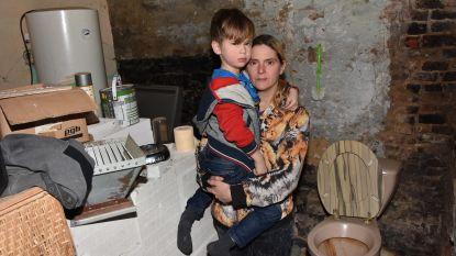 """Bouwvakkers helpen gezin dat al twee jaar zonder badkamer zit: """"Je wil toch niet dat kinderen zo moeten opgroeien?"""""""