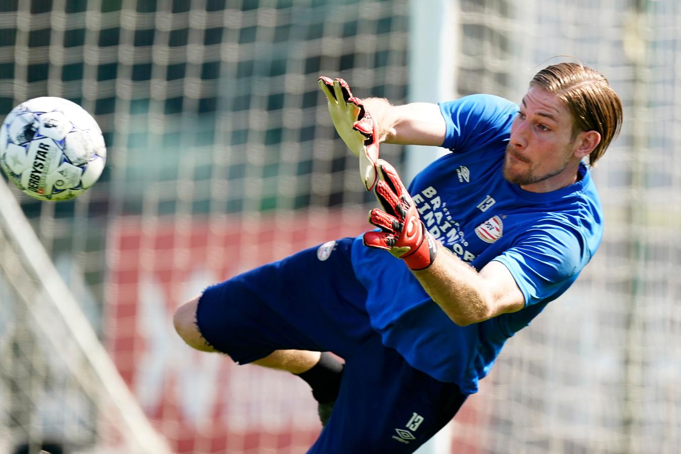 Lars Unnerstall in actie bij het trainingskamp van PSV in Qatar.
