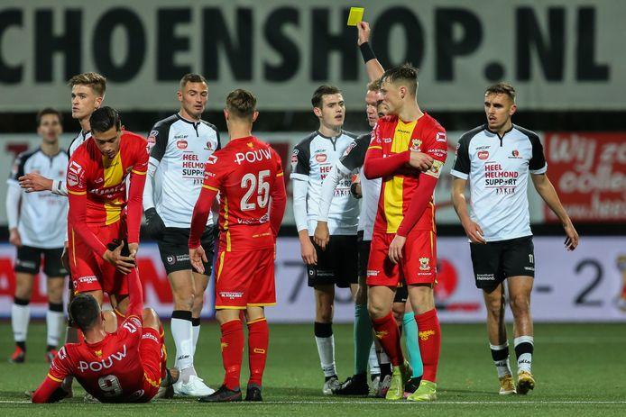 Sander Vereijken krijgt geel na een overtreding.