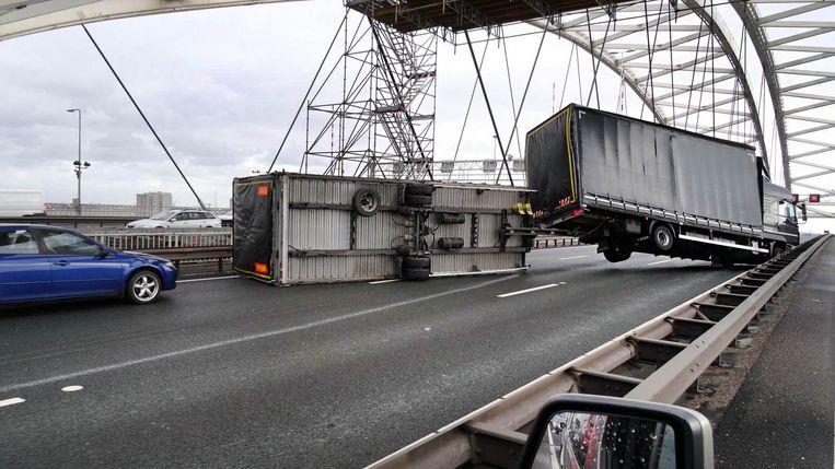 Op de Van Brienenoordbrug in Rotterdam kantelde de aanhanger van een vrachtwagen Beeld MediaTV