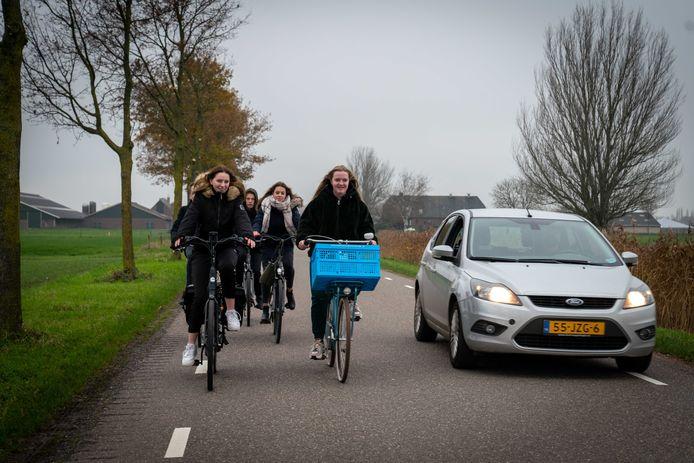 Fietsers op de Weteringsewal tussen Zetten en Elst. Volgens GroenLinks één van de wegen in Overbetuwe waarvan het gebruik door automobilisten teruggedrongen moet worden.