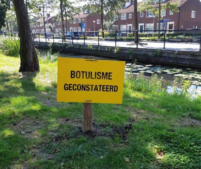 Bij de sloot zijn waarschuwingsborden geplaatst.