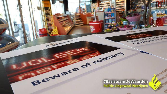 De politie deelde in Lingewaal flyers uit om te waarschuwen voor nepagenten.