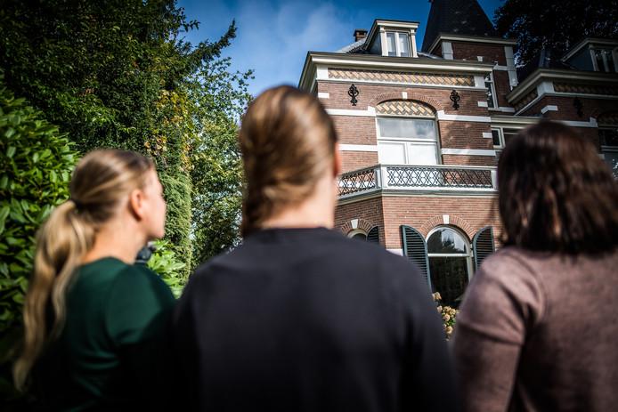 Donorkinderen bij de voormalige kliniek in Oosterbeek.