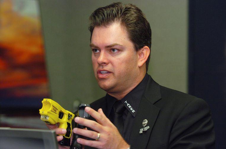 Taser-baas Tom Smith met een stroomstootwapen Beeld REUTERS