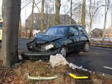 Automobilist gewond bij frontale botsing tegen boom in Hummelo