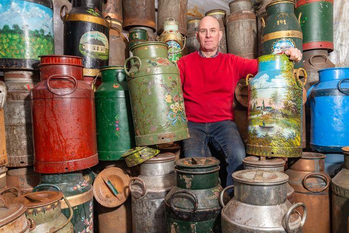 Rein ter Bruggen met zijn voorraad melkbussen, die hij verkoopt voor het carbidschieten.