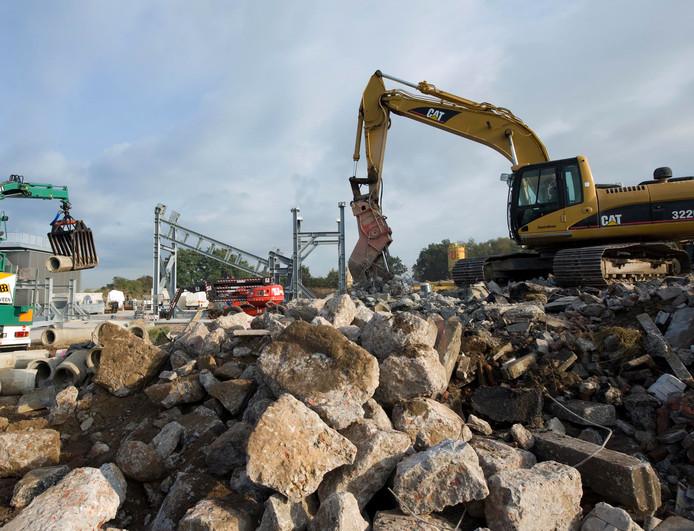 Gemengd bouw- en sloopafval wordt gebruikt voor het verharden van een deel van de Ruyterweg in Nijverdal. Omwonenden waren nogal verbaasd over wat ze in het puin aantroffen, maar volgens de gemeente Hellendoorn gaat alles volgens de regels.