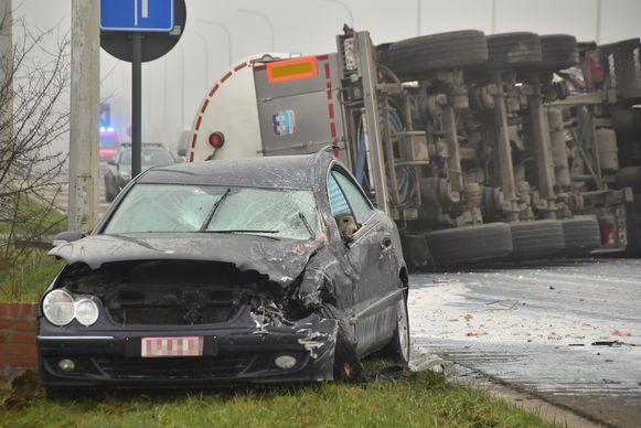 De aangereden Mercedes bleef verhakkeld achter. Bestuurder Germain Decostere (80) uit Lendelede raakte lichtgewond.