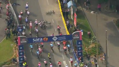 VIDEO. Bekijk hier de bewogen slotkilometer van de tiende Giro-rit, mét de stevige val van Ackermann en co