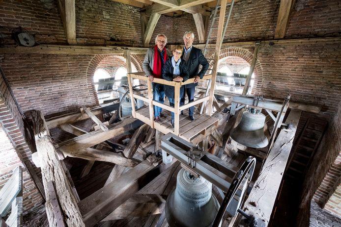 Eerder werd al de noodklok geluid voor de drie klokken in de Hellendoornse dorpskerk door de stichting Noabers van 'n Oalen Griezen. Van linksaf: de bestuursleden Jan Podt, Tineke van Buren en Jan Oosterhof.