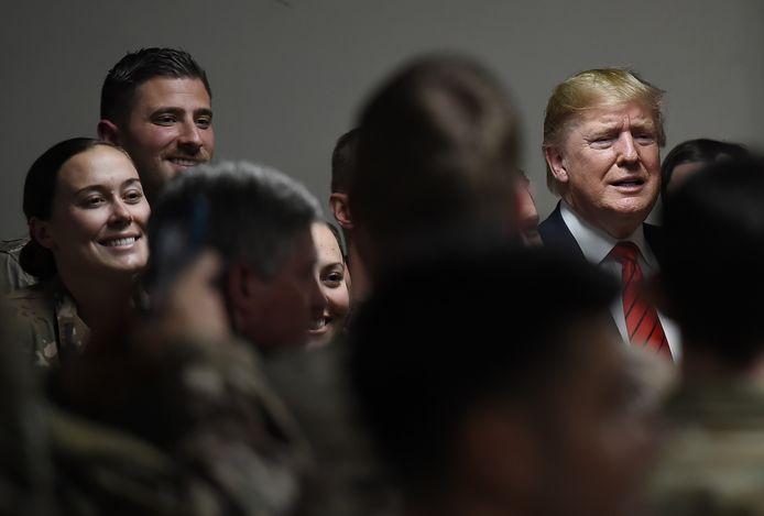 De Amerikaanse president Donald Trump tussen soldaten tijdens een verrassingsbezoek aan Afghanistan in november.