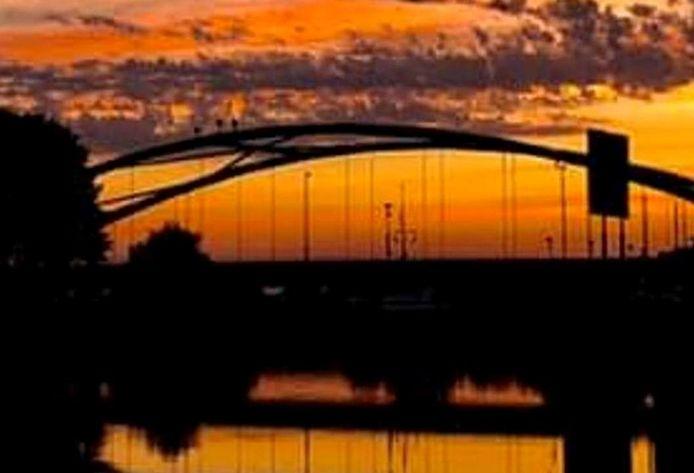 Wie goed kijkt, ziet links de drie op de boog van de brug.