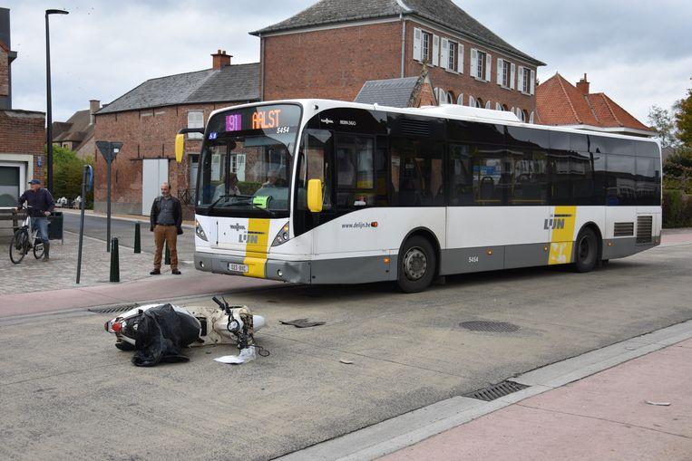 De bromfietser raakte gewond bij het ongeval.