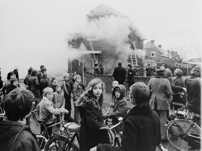 Brand op Kleintjeskamp. Het publiek heeft vooral oog voor de fotograaf.
