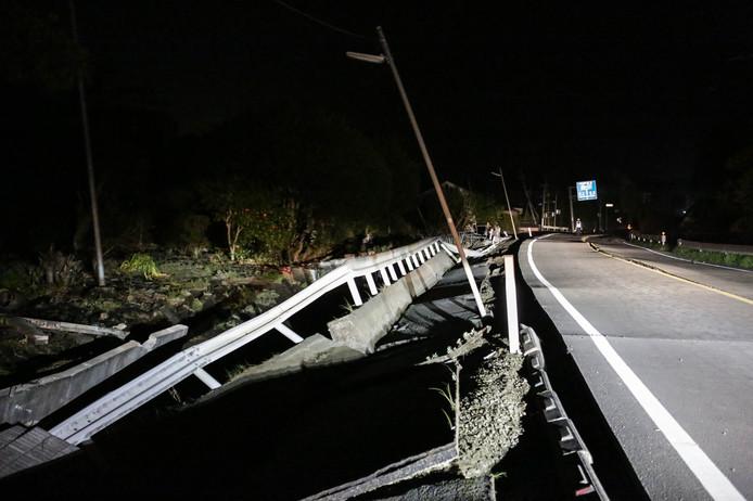 Een verzakte weg in Mashiki, nadat de regio werd getroffen door een nieuwe aardbeving