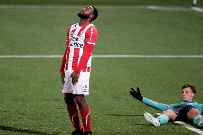 Scheidsrechter Sam Dröge gaf Excelsior een penalty na een overtreding van Lorenzo Pique op Stijn Meijer.