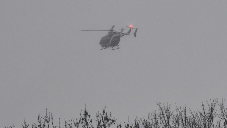 Een helikopter boven het Franse dorp Dammartin-en-Goële. Beeld afp
