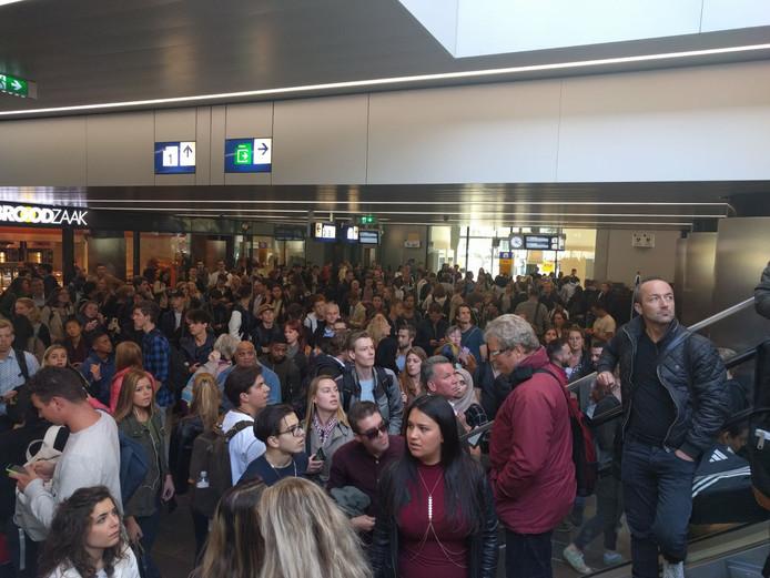 Passagiers moesten wachten in de stationshal vanwege de vondst van het verdachte pakketje.