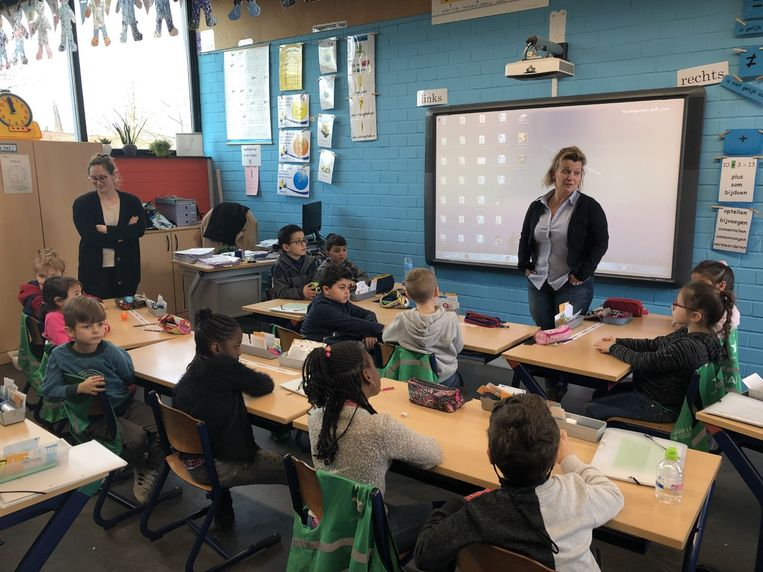 Directrice Martine Bosmans moet vanaf vandaag mee voor de klas staan om de langdurig afwezige leerkrachten te vervangen.