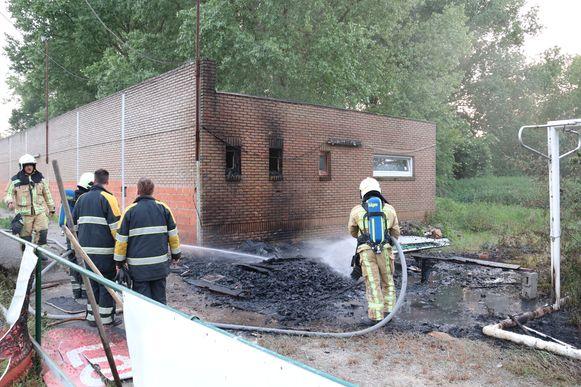De brandweer had de brand snel onder controle. Ook het gebouw liep lichte schade op.
