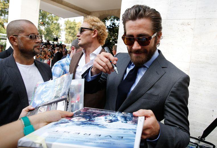 Hoofdrolspeler Jake Gyllenhaal deelt handtekeningen uit in Venetië. Beeld Tristan Fewings/Getty