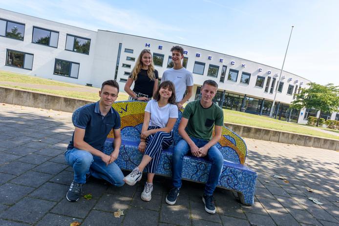 Leerlingen van het Heerbeeck College in Best die meedoen aan het programma Jong Ondernemen.