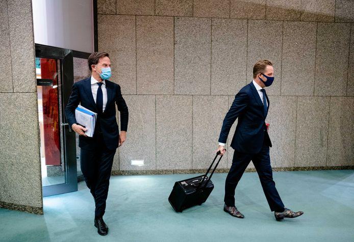 Premier Mark Rutte en Minister Hugo de Jonge van Volksgezondheid, Welzijn en Sport (CDA) met een mondkapje na afloop van een plenair debat in de Tweede Kamer.