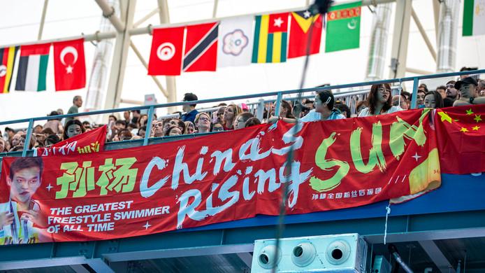 Volop steun voor de Chinese zwemheld Sun.