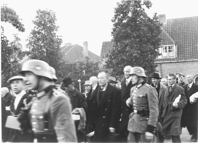 De mannen uit Putten onderweg naar het station, waar zij zouden worden afgevoerd naar Neuengamme.
