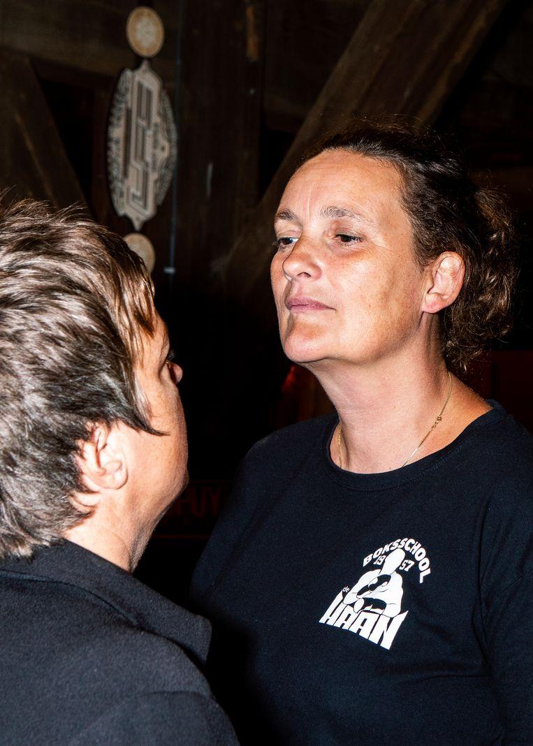 De staredown van Anne Wenzel (links) en Deirdre Carasso.  Beeld Hilde Harshagen