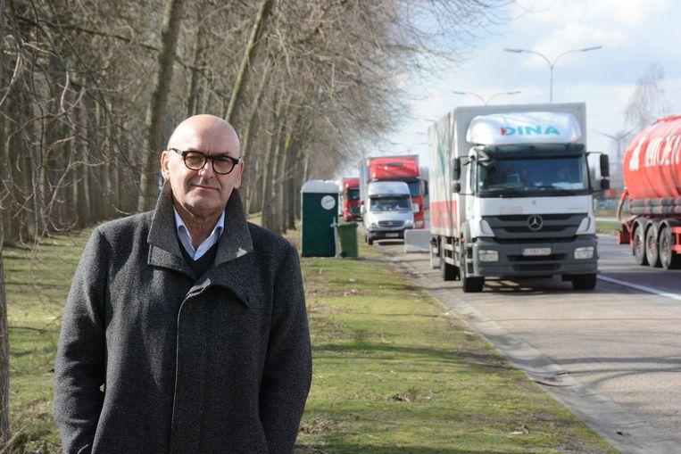 Boudewijn Vlegels wijst op het belang om het doorgaand vrachtverkeer te scheiden van plaatselijk verkeer.