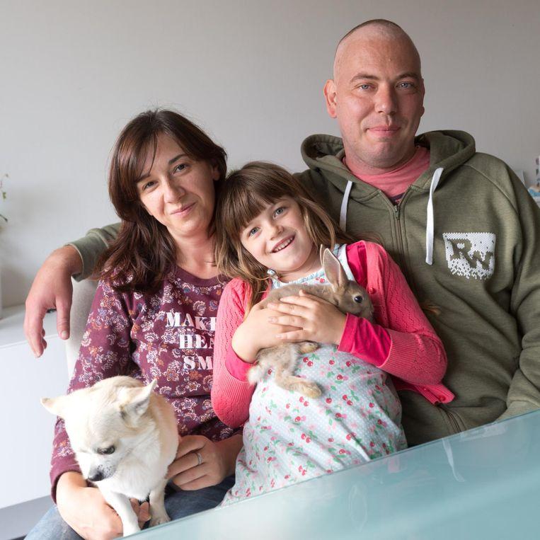 Joris Daniëls met zijn echtgenote, dochtertje en hun huisdieren.