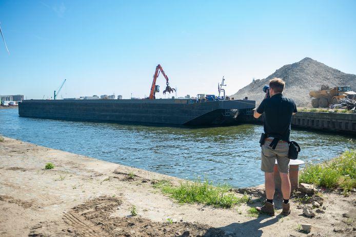 Maandag meerde het eerste schip aan dat het puin van de voormalige SAMGA-site wegvoert.