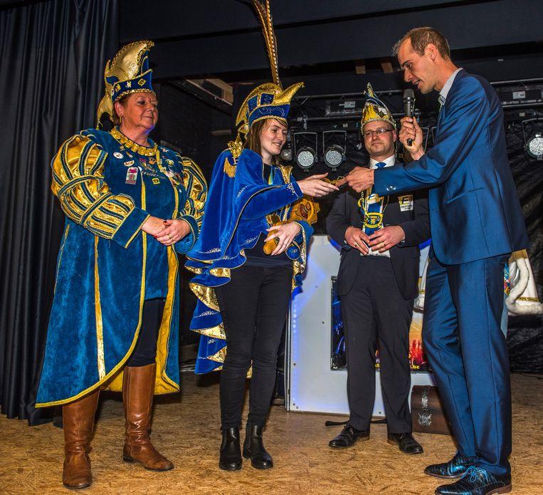 Prinses Elien krijgt de sleutels uit handen van burgemeester Jenne De Potter.