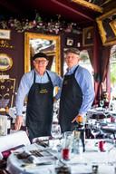 Piet van Lieshout (l) en Theo Leonards bij de in stijl gedekte tafels in Vieux Paris  op  het Velperplein.
