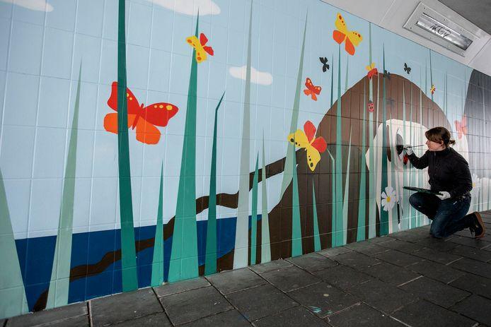 Kerstin Zabransky legt de laatste hand aan haar muurschildering in de Boschdijktunnel in Eindhoven.