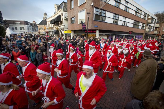 Een Santa Run, zoals hier in Almelo in 2016, dat is met z'n allen rondrennen in een kerstmannenpak.