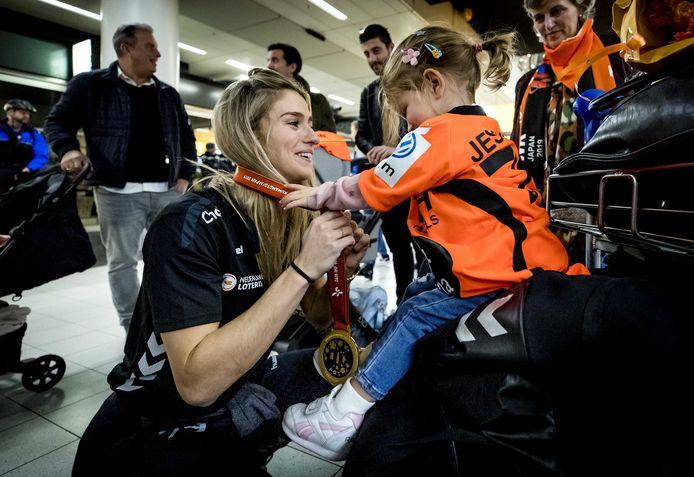 Estavana Polman, een van de sterspeelsters van de gouden WK-ploeg, met haar dochtertje Jesslynn bij aankomst op Schiphol.