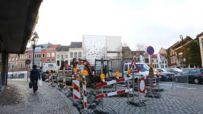 Lek in riolering zorgt voor groot gat onder wegdek Veemarkt