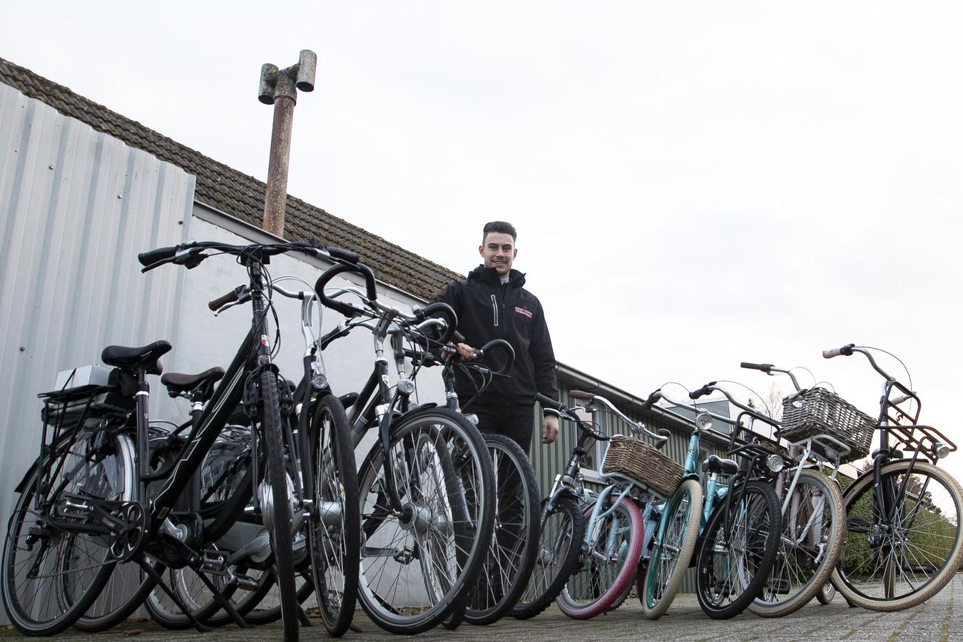 Simon Kuiper bij zijn fietsenwinkel aan de Ommerweg.
